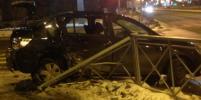 Иномарка врезалась в остановку в Петербурге после ДТП