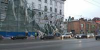 Из-за рухнувших строительных лесов на Стачек образовалась пробка: фото