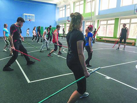 Тренировки проходят в залах и иногда на улице. Фото предоставлено школой