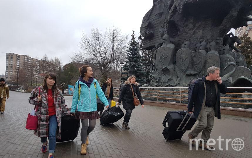 """Джоэл путешествует по всему миру с шестью чемоданами техники. Перемещать их по зоопарку помогали все: переводчик, представители канала NatGeo, где сегодня выходит фильм про Джоэла, и репортёры Metro.. Фото Василий Кузьмичёнок, """"Metro"""""""