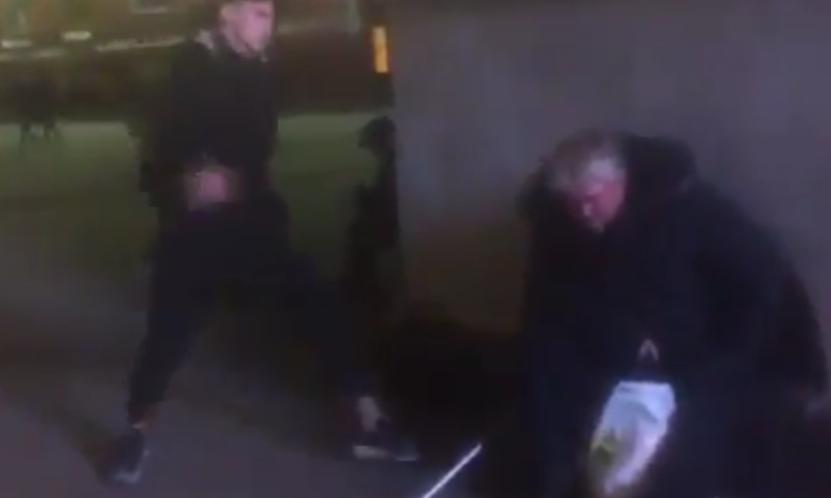 В центер Петербурге ударил ногой бездомного. Фото Скриншот YouTube