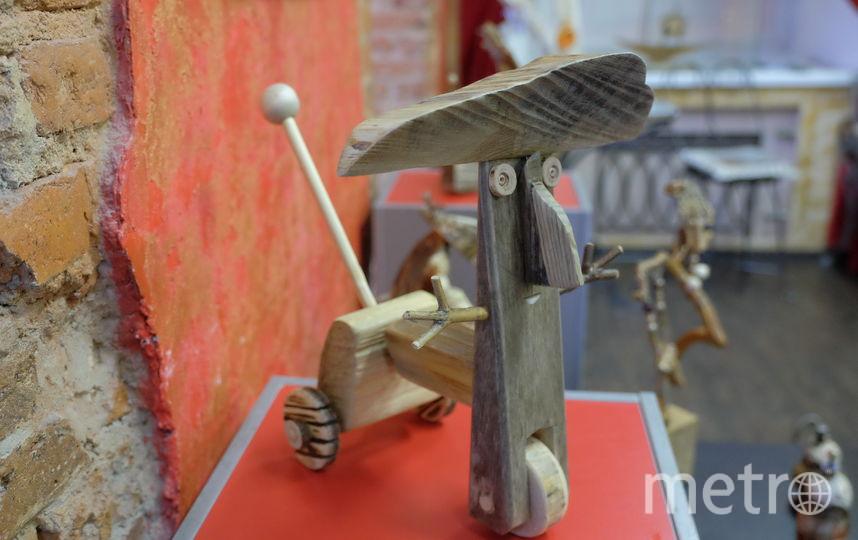 "Новогодняя игрушка Романа Шустрова – «Германн на колёсах» – сделана из трёх пород дерева. Фото Алена Бобрович, ""Metro"""