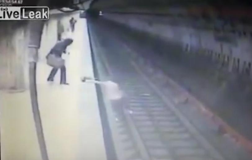 В Бухаресте женщину скинули под поезд. Фото Все - скриншот YouTube