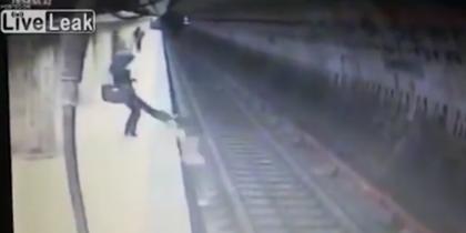 В Бухаресте женщину скинули под поезд метро (видео)