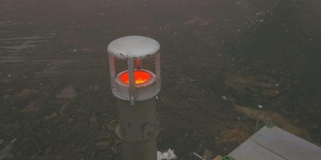 Газ сжигают с помощью факелов на высоте шесть метров.