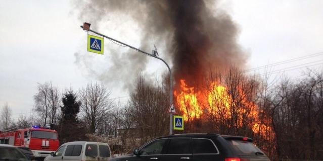 Фото и видео горящего дома на Колтушском шоссе под Петербургом появилось в Сети