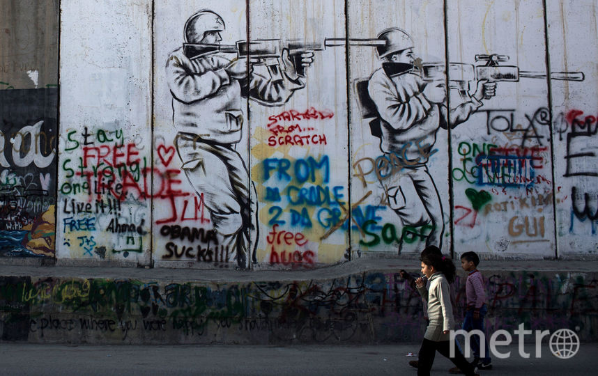 Граффити на палестинской стороне стены, разделяющей Израиль и Палестину, в Вифлееме. Фото Getty