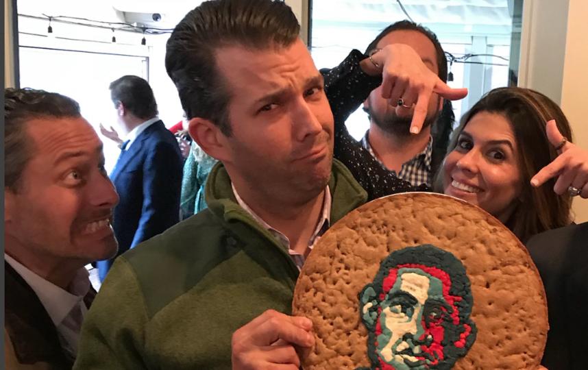 Дональд Трамп-младший с печеньем. Фото instagram.com/donaldjtrumpjr