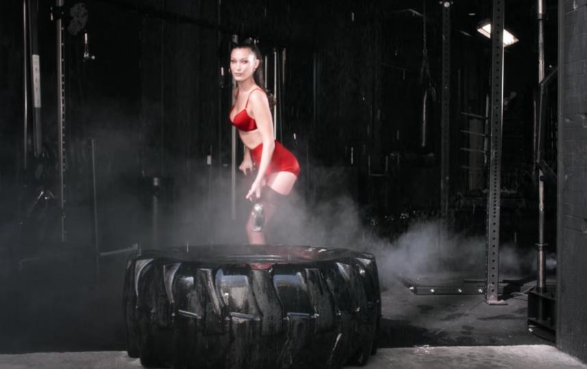 Белла Хахдид в новом ролике. Фото  LOVE TV by LOVE Magazine, Скриншот Youtube
