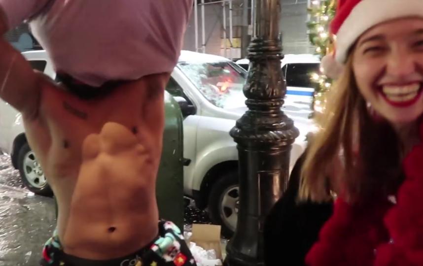 Голая модель в нарисованном костюме разгуливала по улице: Видео. Фото Скриншот Youtube