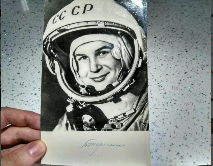 Фото Валентины Терешковой с автографом, 8 тысяч рублей. Фото все - скриншот youla.io/sankt-peterburg