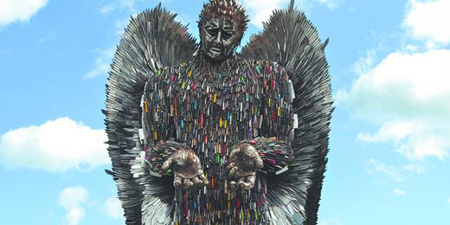 Тысячи ножей стали частью ангела.