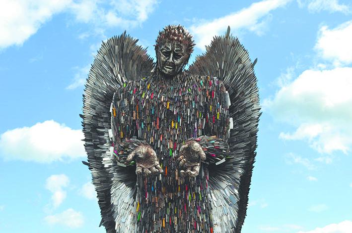 Тысячи ножей стали частью ангела. Фото Алфи Брэдли