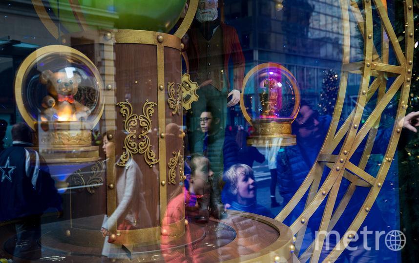 В Нью-Йорке украшены витрины магазинов и торговые центры. Фото Getty