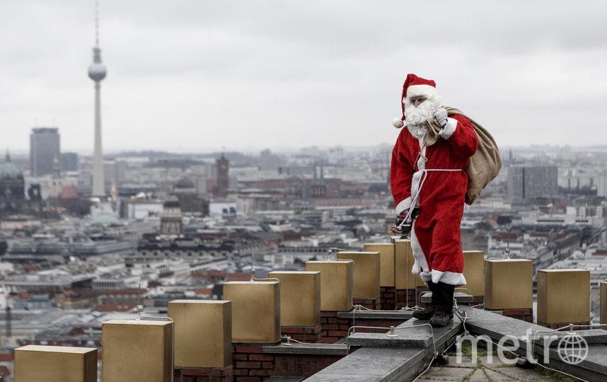 Санта-Клаус уже несет подарки. Фото Getty