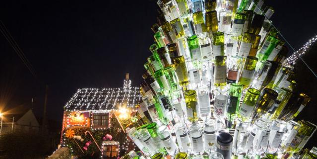 Гигантская рождественская елка, состоящая из использованных бутылок.