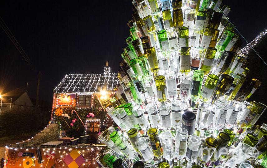Гигантская рождественская елка, состоящая из использованных бутылок. Фото Getty