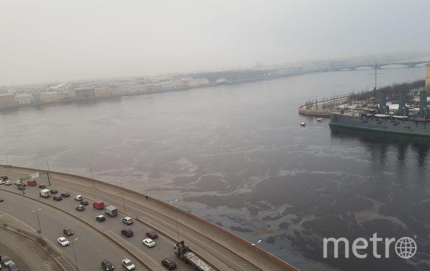 На акватории Петербурга ликвидируют нефтяное пятно. Фото ДТП и ЧП | Санкт-Петербург | Питер Онлайн | СПб, vk.com