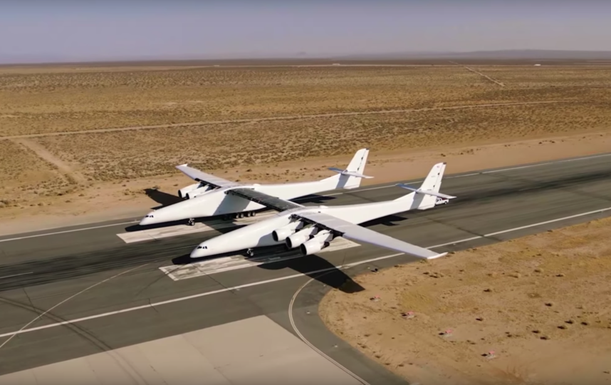 Stratolaunch планируют использовать как воздушную платформу для запуска ракет-носителей для доставки грузов на низкую околоземную орбиту. Фото AviationWeek, Скриншот Youtube