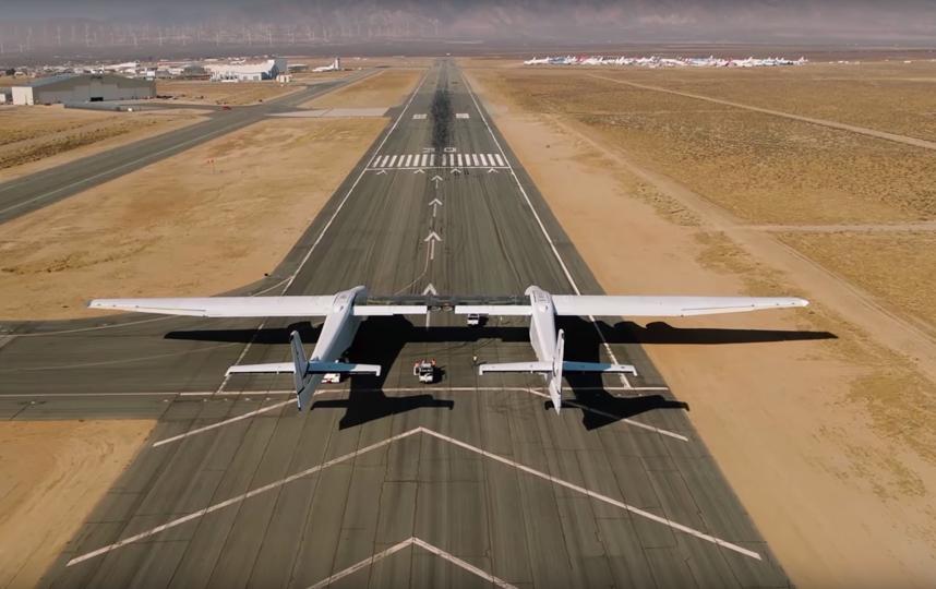 Крупнейший вмире самолет впервый раз выкатили навзлетную полосу
