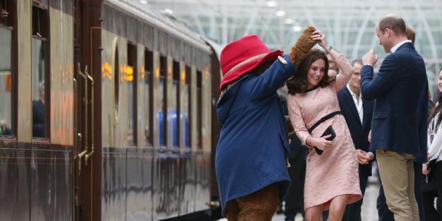 Герцогиня Кембриджская танцует с Паддингтоном на платформе 16 октября 2017 года.