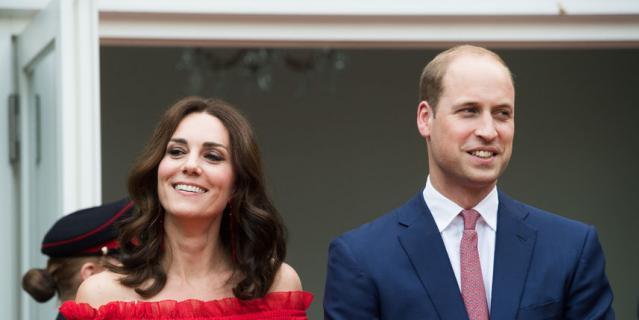 Принц Уильям и Кэтрин на вечеринке по случаю дня рождения королевы Елизаветы II в Британской резиденции послов 19 июля 2017 года в Берлине.