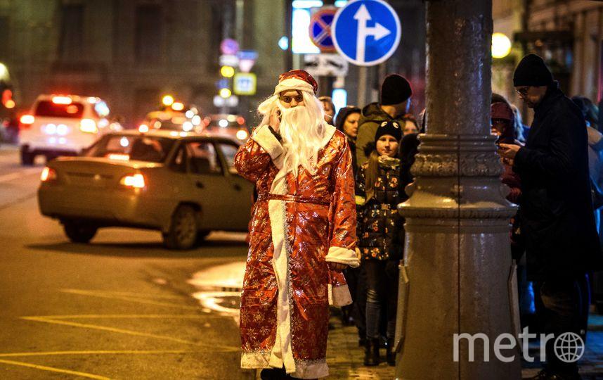 Дед Мороз и Снегурочка в центре Москвы. Фото AFP