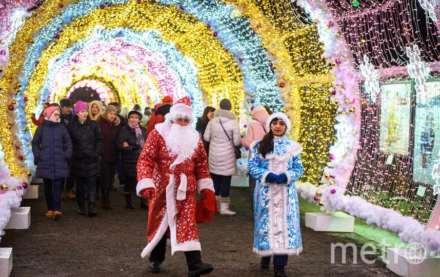 Дед Мороз и Снегурочка в Москве. Фото AFP