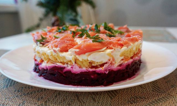 """Салат """"Горбуша на шубе"""". Фото Скриншот Instagram: cake_hobby"""