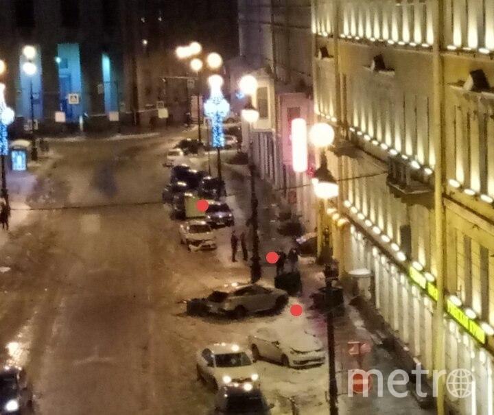 Иномарка раскидала авто и мусорные баки в центре Петербурга. Фото vk.com