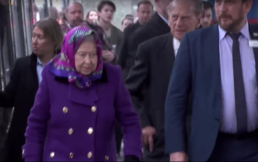 Королева с супругом прибыла на вокзал в Норфолк. Фото The Royal Family Channel, Скриншот Youtube