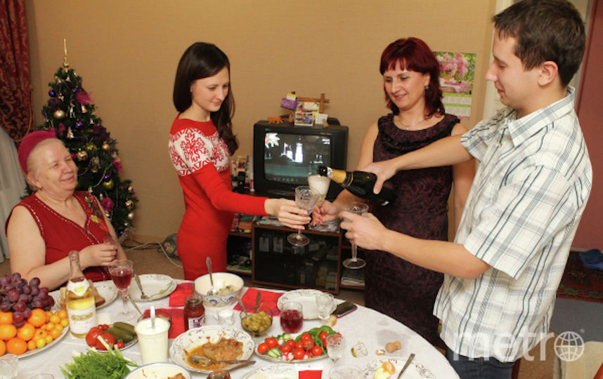 Россияне за новогодним столом. Фото РИА Новости