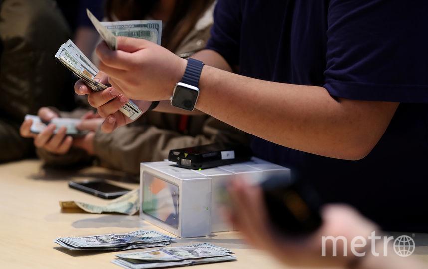 Мобильные телефоны и различные гаджеты входят в топ самых популярных покупок. Фото Getty