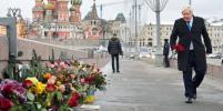 Борис Джонсон в Москве возложил цветы на место убийства Немцова: фото