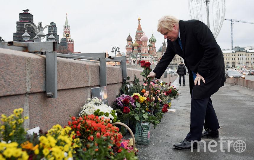 Борис Джонсон возлагает цветы у Большого Москворецкого моста, где убили политика Немцова. Фото AFP
