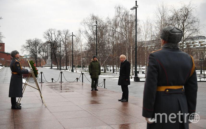 Борис Джонсон у Вечного огня, его встретили служащие Кремлёвского полка. Фото AFP