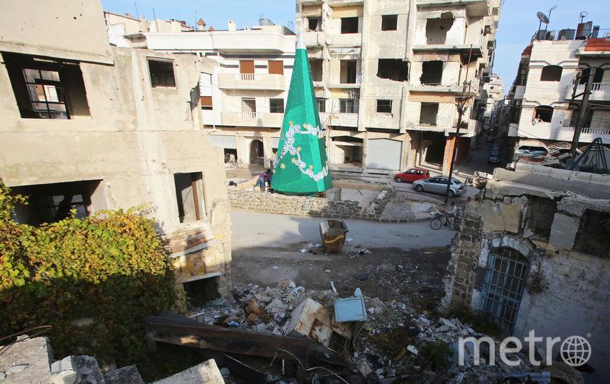 Металлическая рождественская ёлка, установленная на одной из улиц старого города Хомса (Сирия). Фото AFP