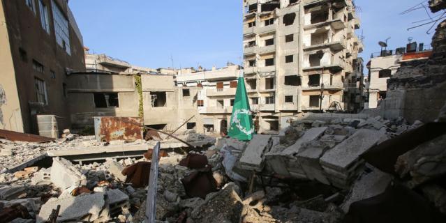 Металлическая рождественская ёлка, установленная в районе Старого города Хомса (Сирия).