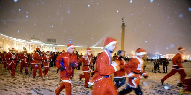 Забег Санта-Клаусов в Санкт-Петербурге.