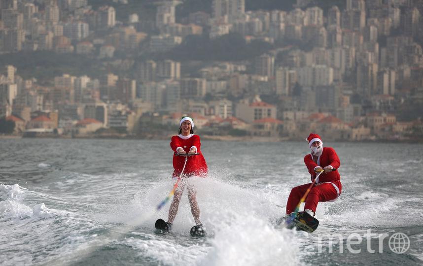 Рождественское выступление членов ливанского клуба водных лыж. Фото AFP