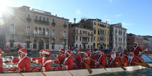 Регата Санта-Клаусов на Большом канале в Венеции.
