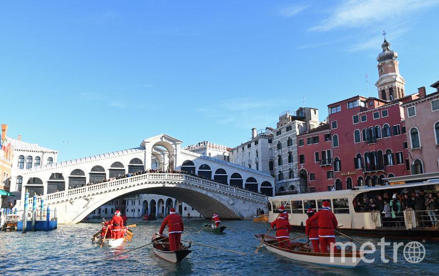 Регата Санта-Клаусов на Большом канале в Венеции. Фото AFP