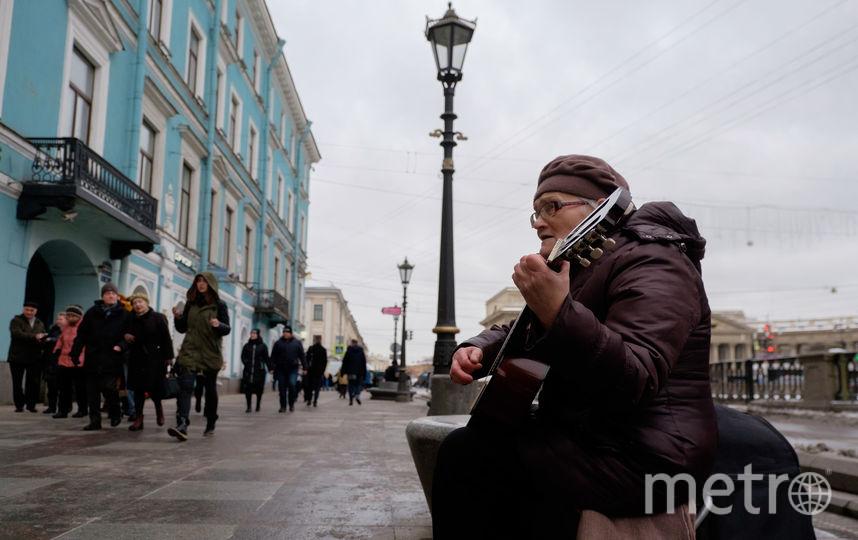 В переходах у Галины Васильевой долго петь не получается – выгоняют полицейские. Но всегда делают это интеллигентно. Им самим нравится, как поёт и играет Галина Ивановна. Фото Алена Бобрович, Getty