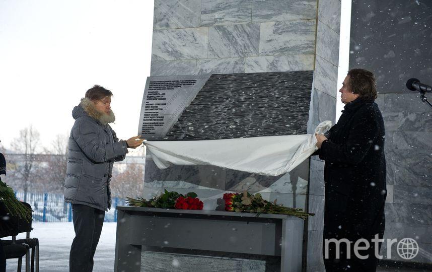 Клеймёнов (справа) и Эрнст на открытии мемориала в память о погибших журналистах. Фото предоставлено Первым каналом