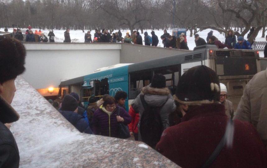 В Москве автобус съехал в подземный переход. Фото Twitter @martin_camera