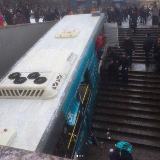 Кадры с места ДТП, где автобус въехал в подземный переход в Москве. Фото Instagram/ lexlexovich