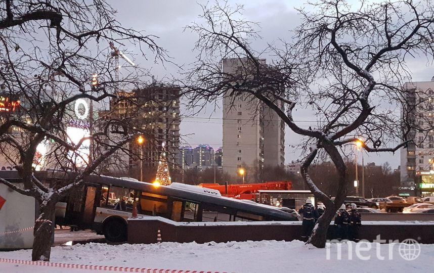Спасатели вытаскивают автобус из перехода. Фото Василий Кузьмичёнок