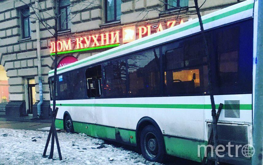После ДТП смаршруткой автобус спассажирами вылетел натротуар вПетербурге