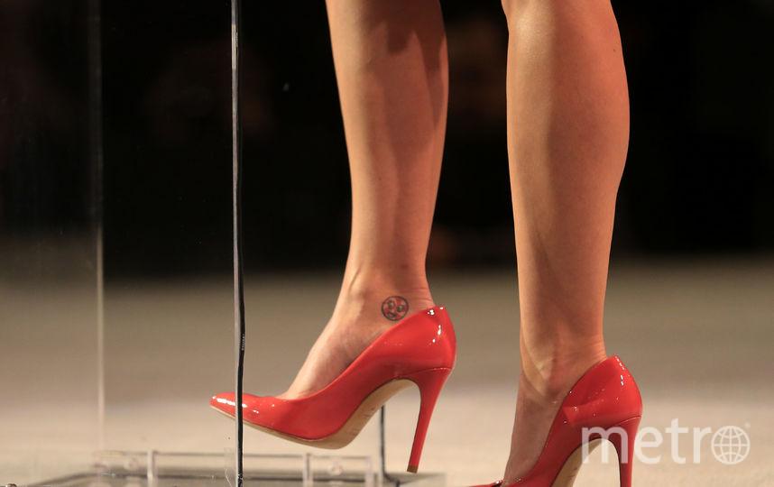 Самый популярный смайлик с женской обувью - изображение красной туфли на высоком каблуке. Фото Getty