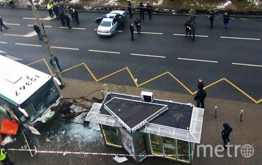 Пассажирский автобус въехал в остановку на Сходненской улице в Москве. Фото РИА Новости